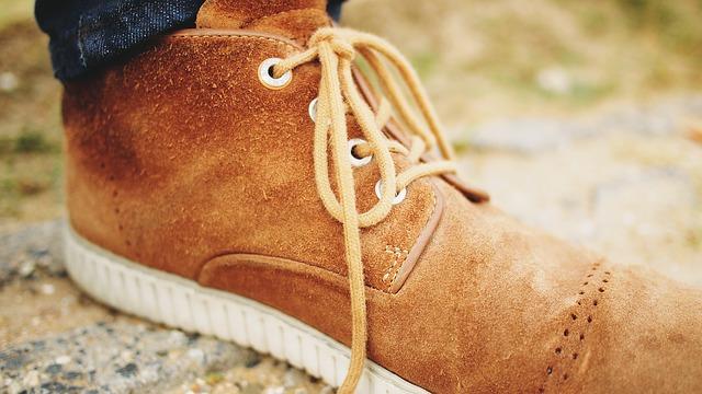 Czym czyścić jasne zamszowe buty?