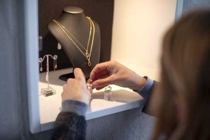 W czym tkwi fenomen markowej biżuterii?